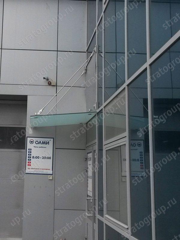Козырек закреплленный на стеклянный фасад