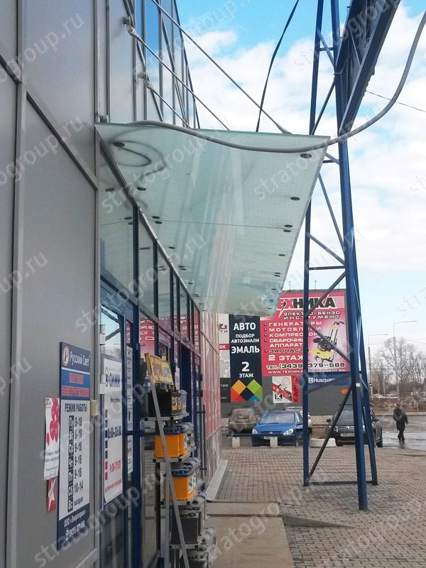 Вид сбоку стеклянного козырька